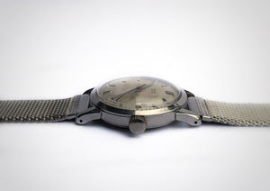 Crown of stainless steel vintage watch with blued indices, made by the brand Beyer.