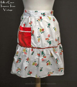 Vintage Christmas Apron Novelty Gift, Holly, Berries, & Rick Rack Trim 1950s Novelty Print