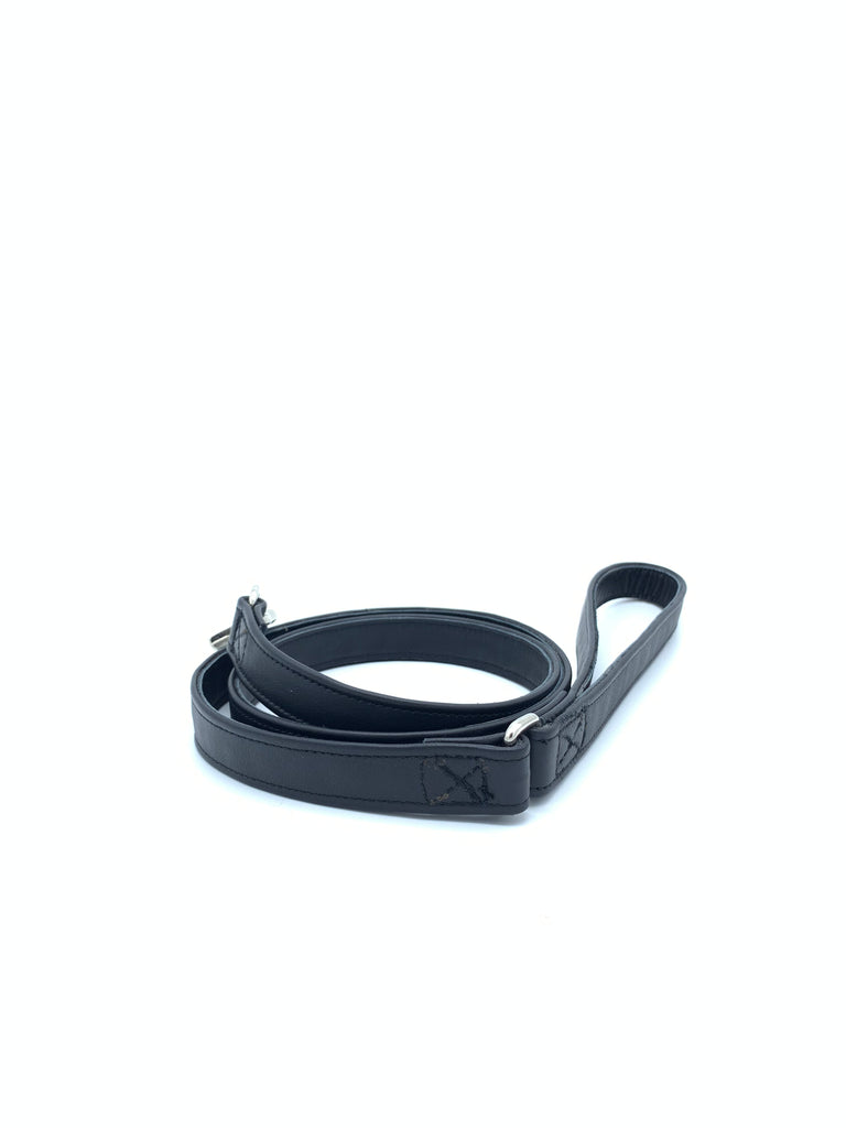 Leather leash in smooth black with silver metal hardware in size S.