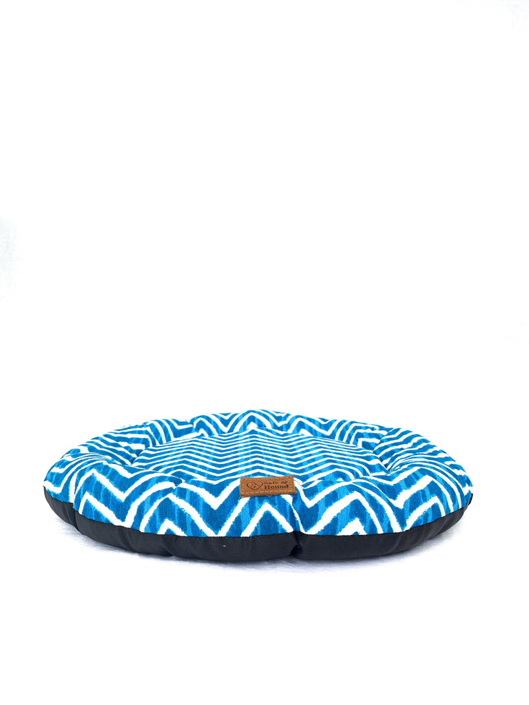 Front view of a Camp Bed size S in marine blue/white zig-zag patterned canvas.
