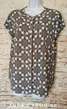 Load image into Gallery viewer, Dana Buchman Button Down Top Size M - Anna's Armoire