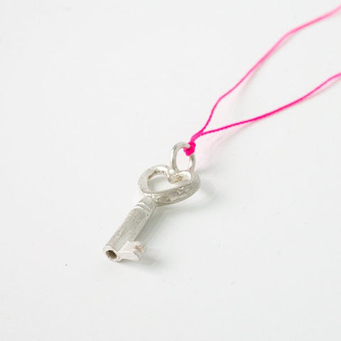 Little Key in silver 'home is where the heart is'