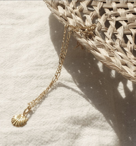 Sustainable necklace made out of recycled gold inspired by the beach and summer days