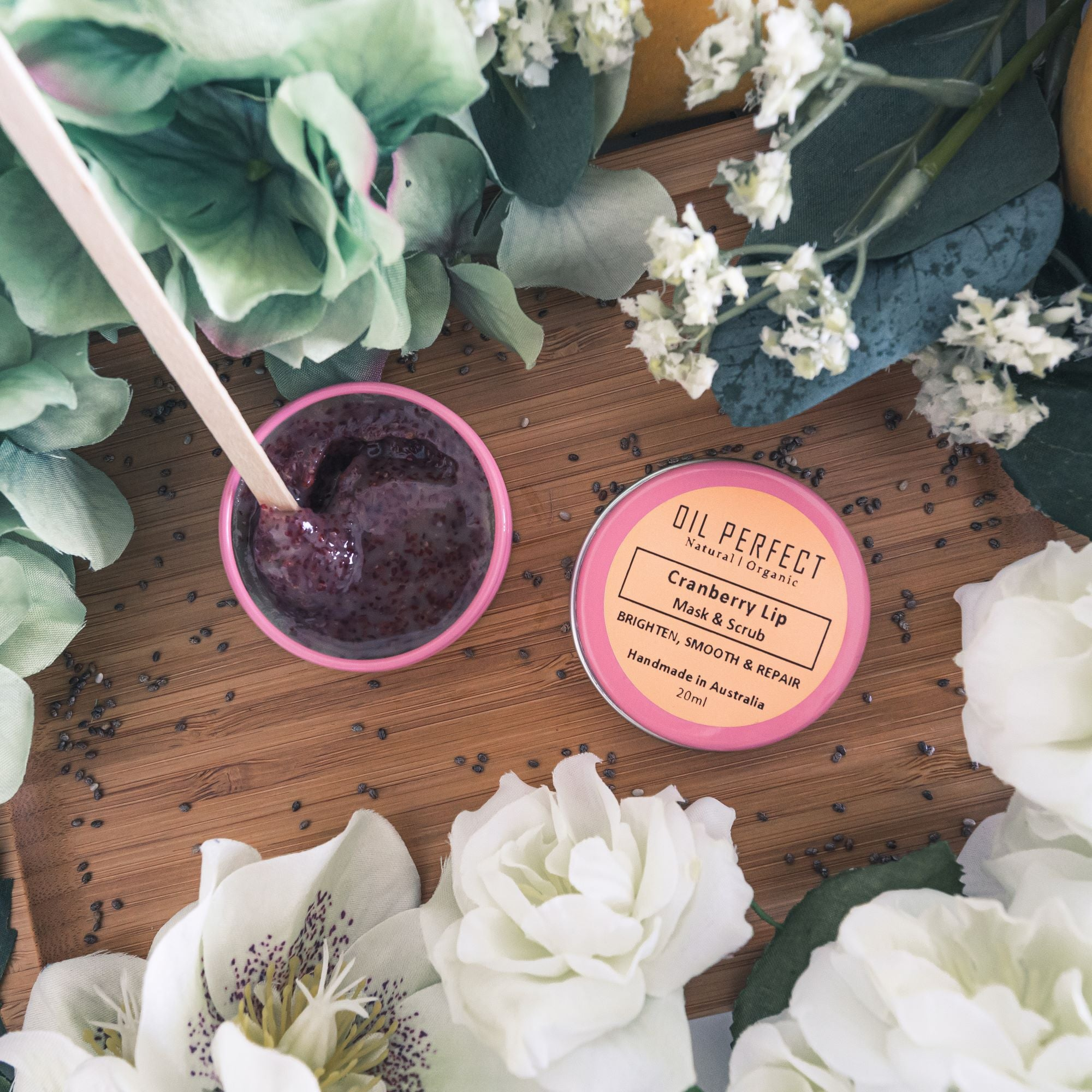 Gently removes dead skin on lips with its antioxidant rich Cranberry Seed powder, while infusing lips with a nourishing blend of organic oils. By Oil Perfect.