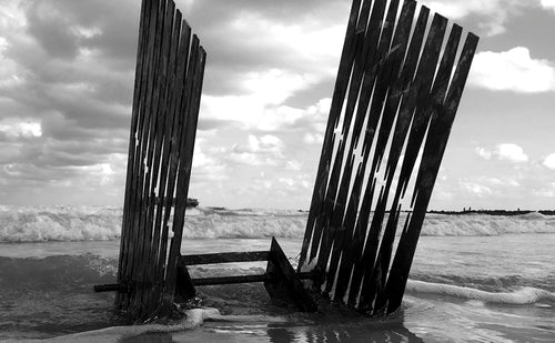 photography, black and white, metal sculpture, beach, horizon