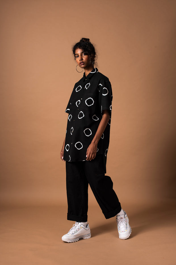 Front of black unisex ring shirt with short sleeves in 100% cotton (full length)