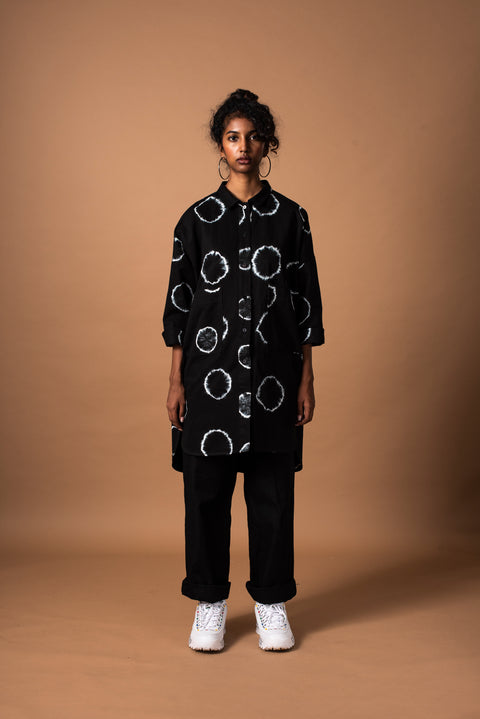 Front of black unisex oversized ring shirt in 100% cotton (full length)