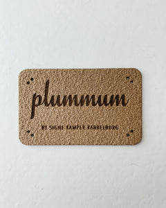 Plummum-labels i Ultrasuede
