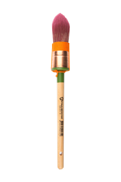 Pictured is a staalmeester paintbrush with a pointed tip. The bristles are dark red and there is orange string wrapped around their base. The handle is long and natural wood, except for right below the brush head where it is green.