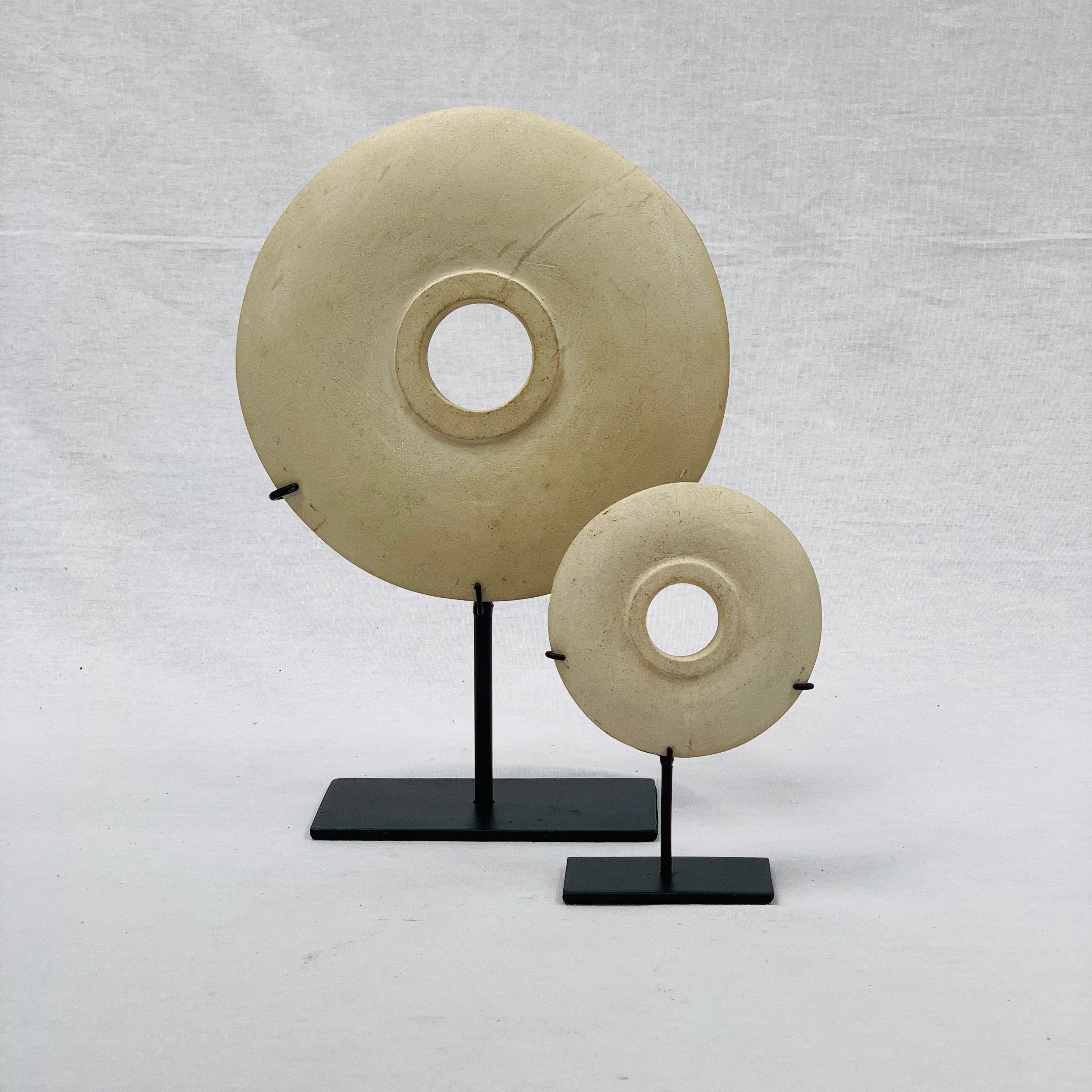 SMALL NATURAL STONE DISC ON STAND