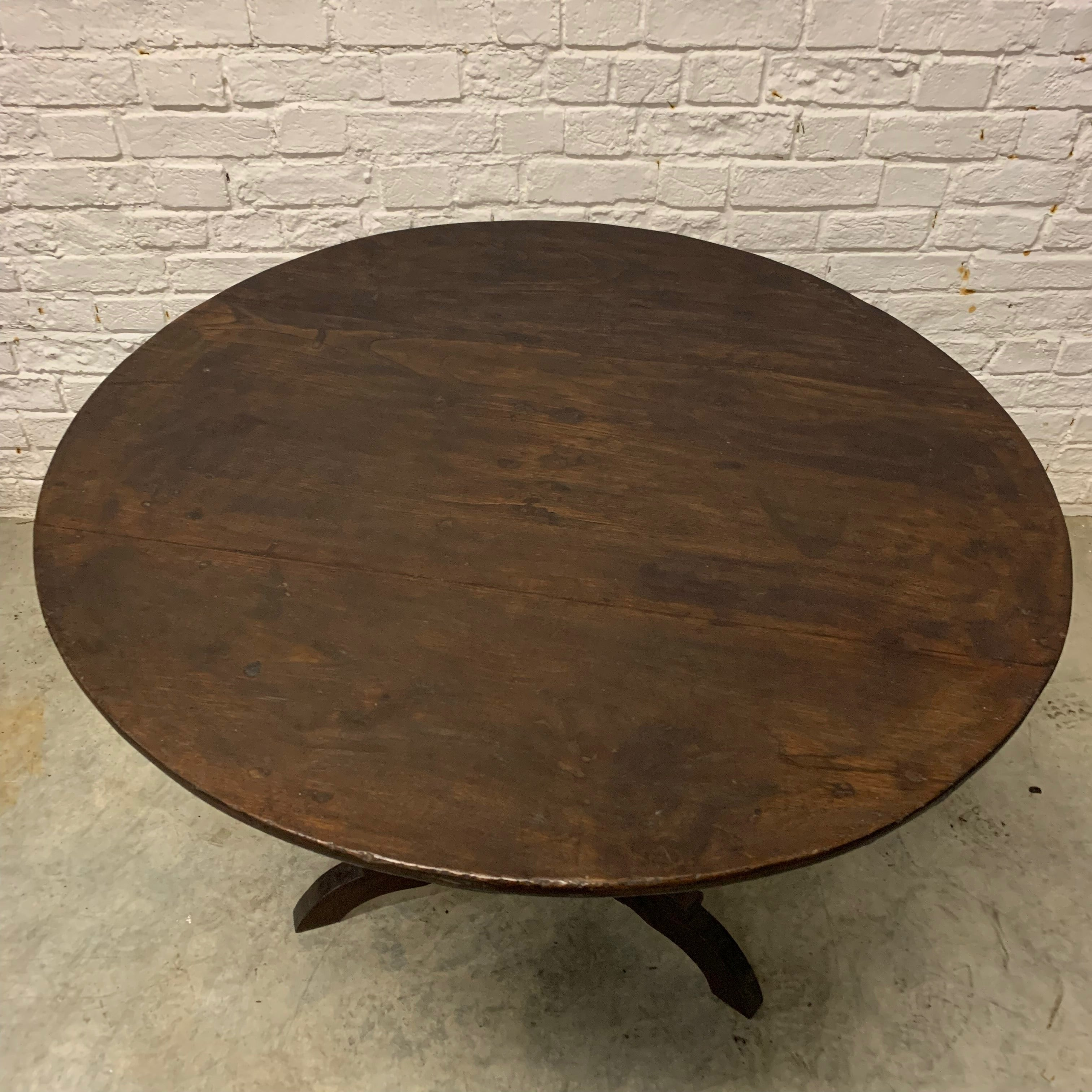 VINTAGE CLASSIC ROUND TABLE
