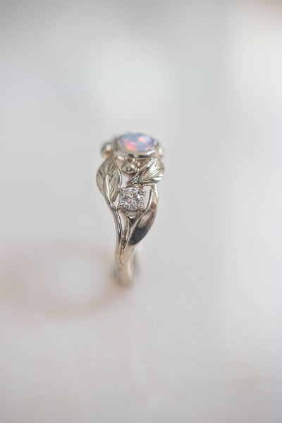 Engagement ring with opal and diamonds, white gold / Artemisa