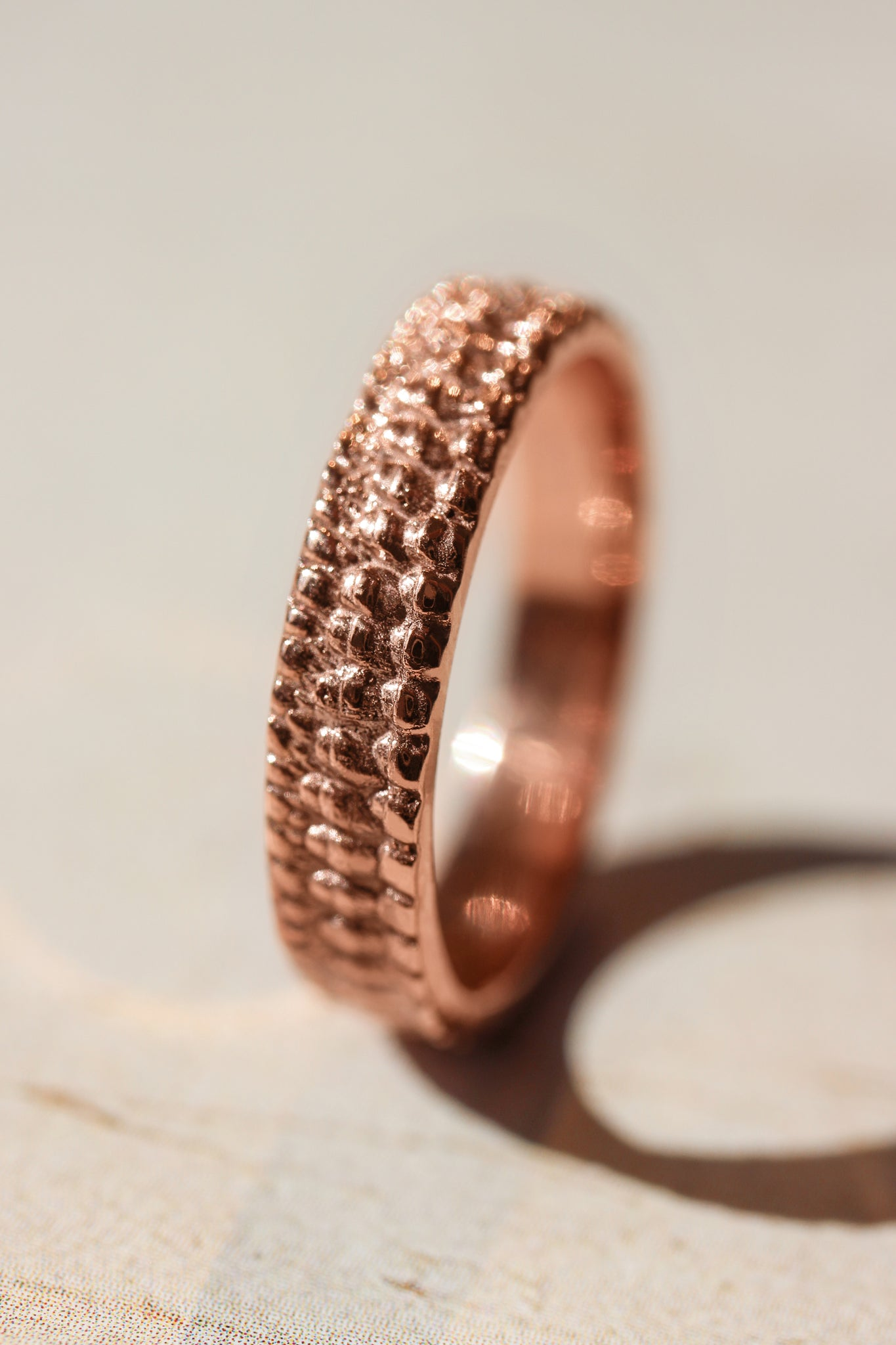 Textured crocodile's skin ring, 4 mm wedding band for woman - Eden Garden Jewelry™