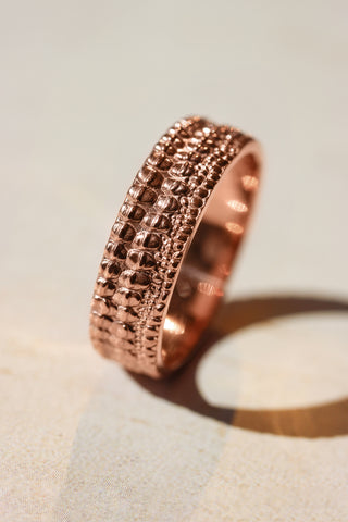 Textured crocodile's skin ring, 6 mm wedding band for man - Eden Garden Jewelry™