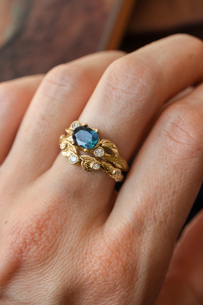 Branch engagement ring with sapphire and diamonds / Arius