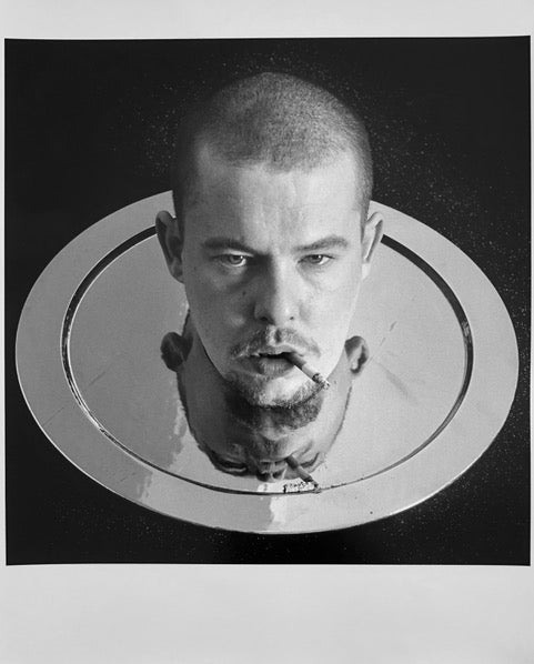 Ann Ray, Les inachevés, My Head on a Plate (Ma tête sur un plateau), Londres, Lee McQueen, 2000