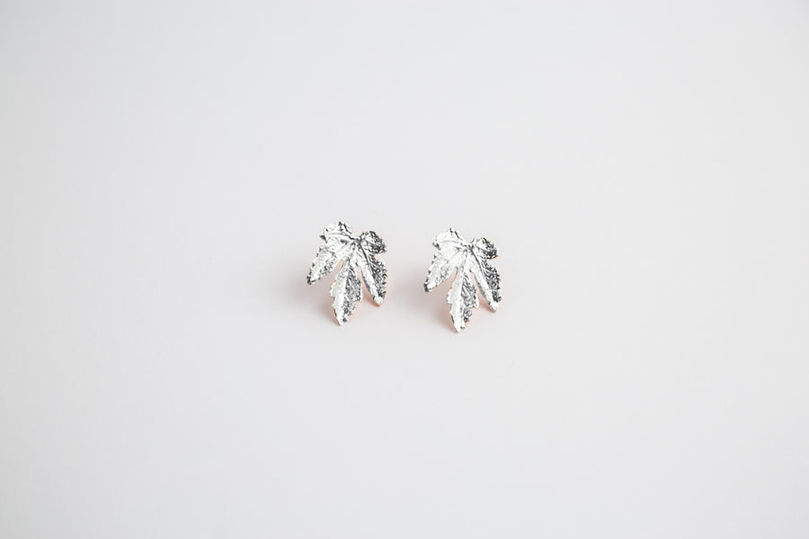 MINI MAPLE LEAVES IN SILVER