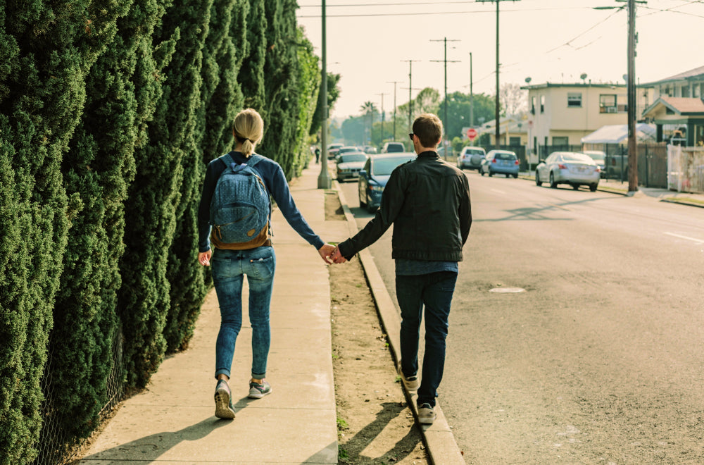 A couple decides to walk, saving money on transportation costs, reducing pollution and the consumption of natural resources | Talsam