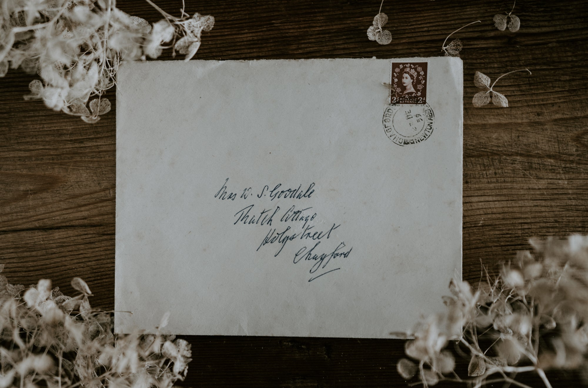 A handwritten envelope placed on a table can hide a beautiful and simple love note | Talsam