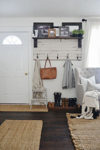 Home Decorating Ideas Vintage DIY rustic entryway coat rack – A super simple way to create organization in any…
