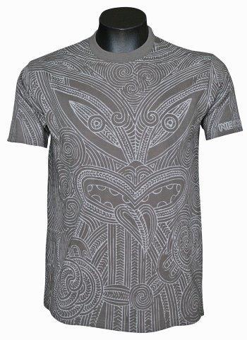 PK-70229 - T-Shirt Sea to Sky Wood Carving Peat - New Zealand Gifts & Souvenirs