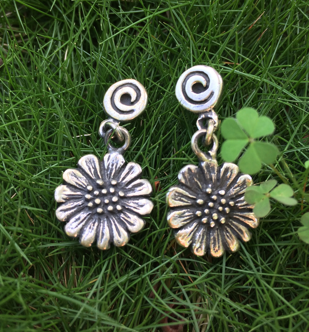CHAMOMILLE FLOWER EARRINGS.