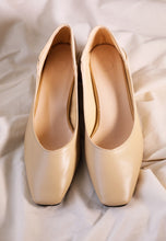 Load image into Gallery viewer, Adraa Classic Pumps (Cream)