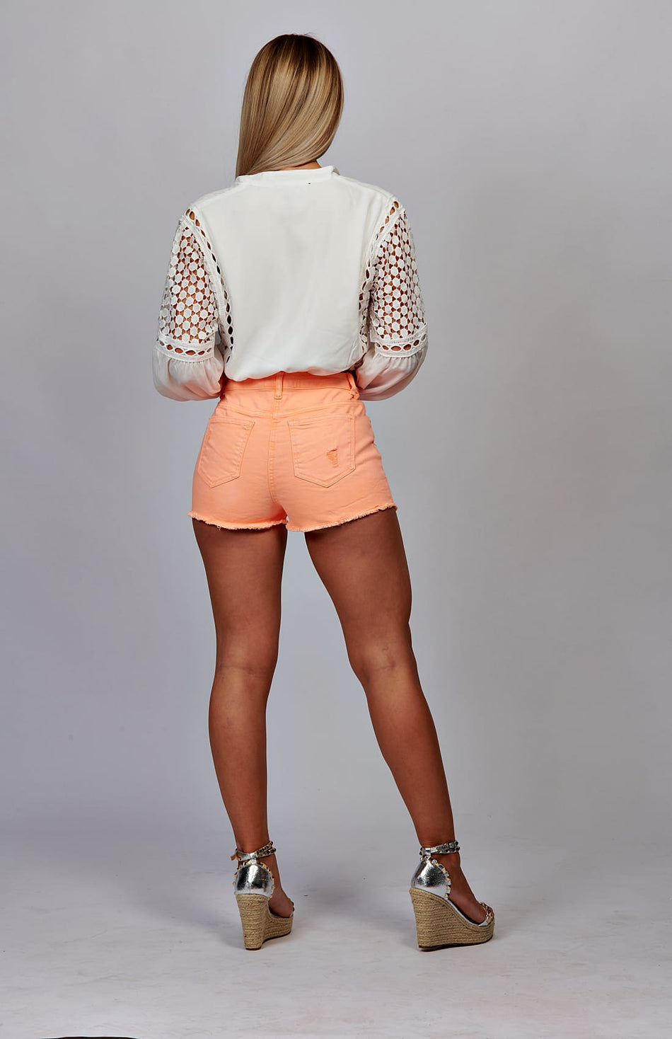 Hot-pants met neonoranje gerafelde zoom