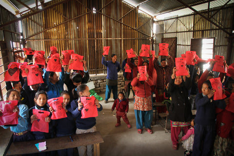 NGO prosjektet Pads for School: Close to My Heart har sydd og delt ut over 17 000 sanitetsbind til jenter i Nepal