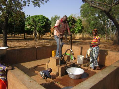 The village of Mangoso used its fair trade premium to repair the well in Wempea village, providing clean drinking water for the 200 inhabitants.