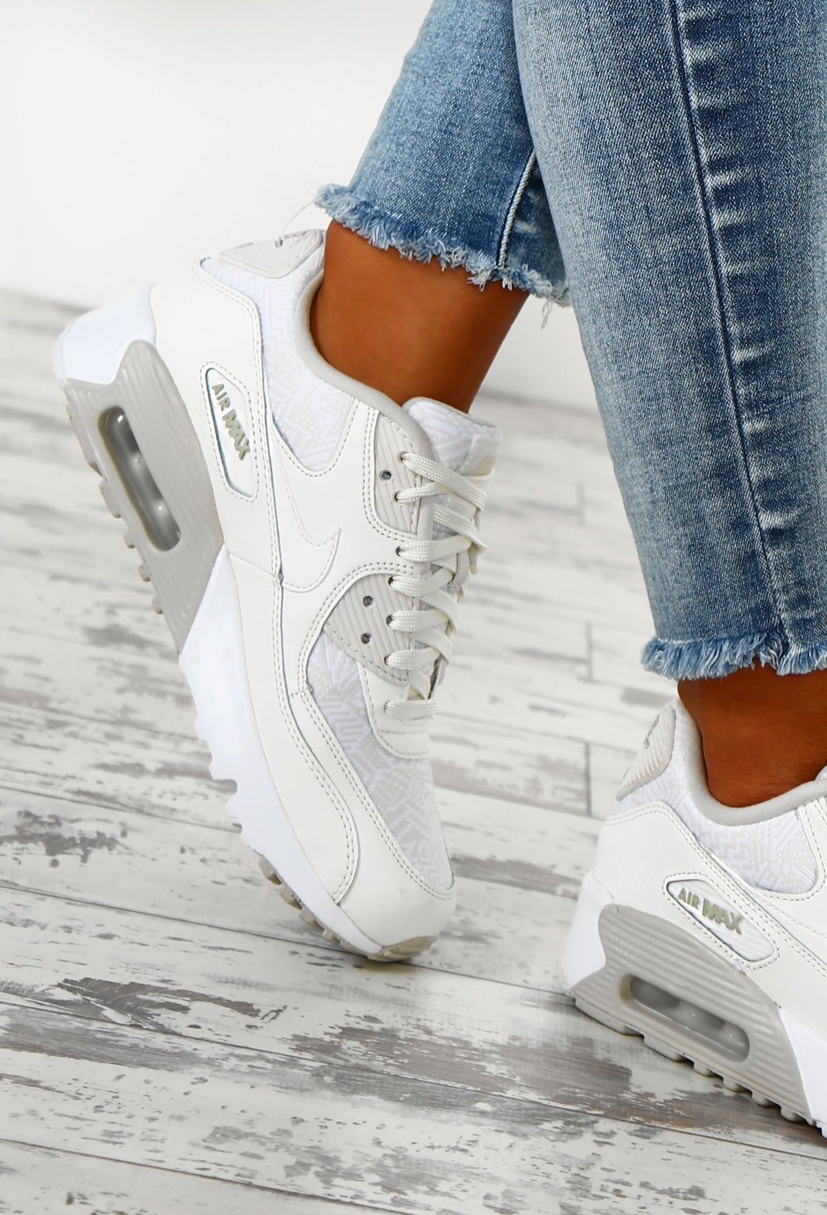 Nike Air Max 90 White Trainers </p>                     </div> 		  <!--bof Product URL --> 										<!--eof Product URL --> 					<!--bof Quantity Discounts table --> 											<!--eof Quantity Discounts table --> 				</div> 				                       			</dd> 						<dt class=