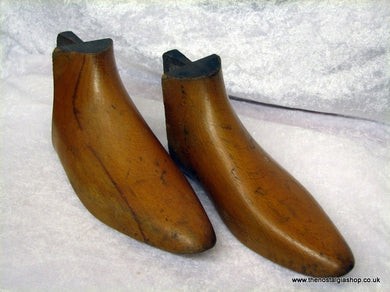 Shoe Stretchers, solid wood, pair. (ref nos018)