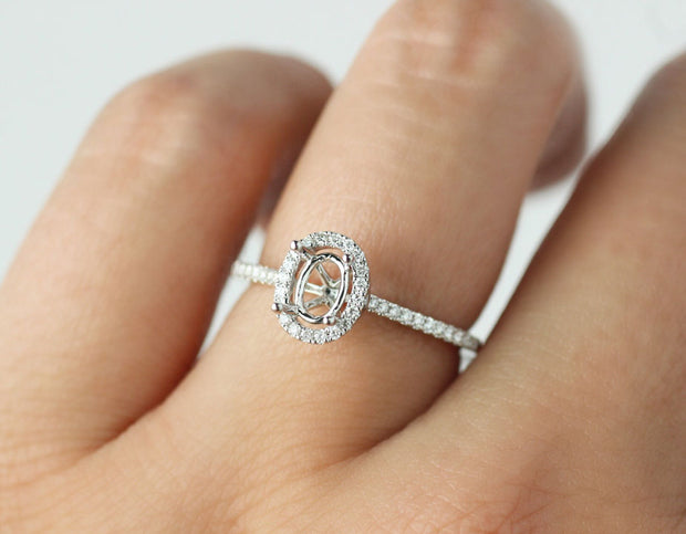 Solitaire oval cut diamond ring