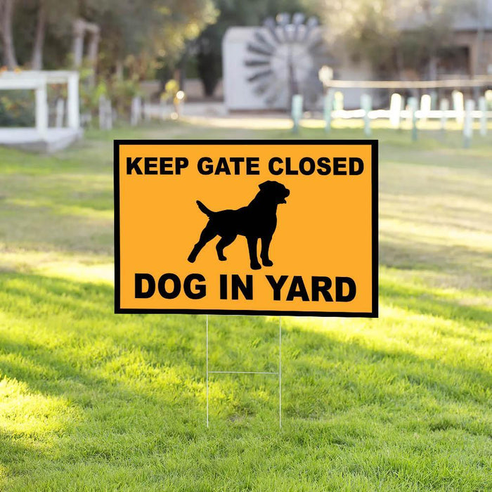 Rottweiler In Yard Yard Sign (24 x 18 inches) - GIFTCUSTOM