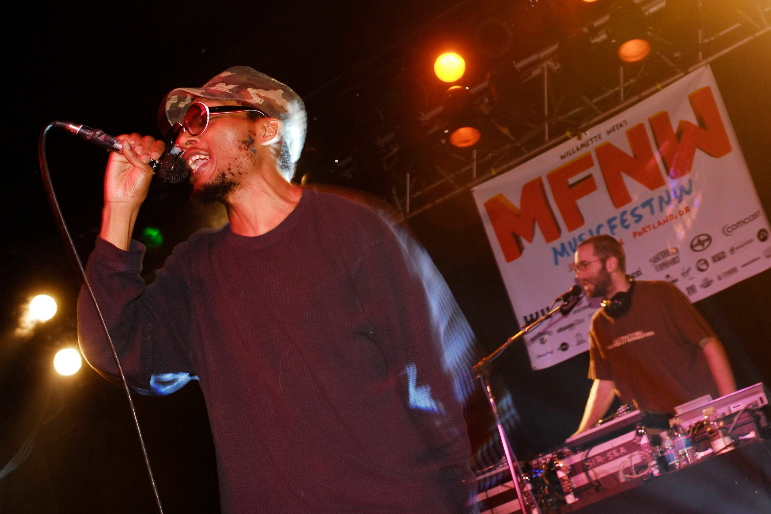 Del Tha Funkee Homosapien performing on stage (Photo by Anthony Pidgeon/Redferns)