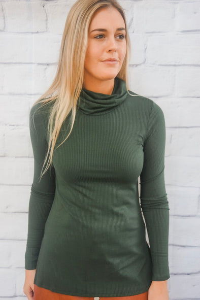 BASIC RIBBED TURTLENECK IN OLIVE