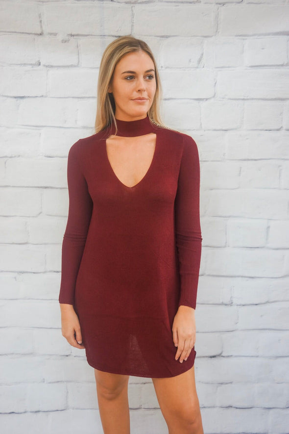 RIBBED KNIT KEYHOLE DRESS IN BURGUNDY