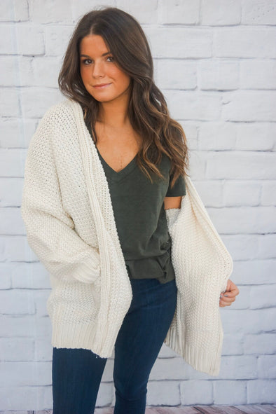 CABLE KNIT OPEN FRONT CARDIGAN IN OFF WHITE