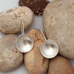 Lade das Bild in den Galerie-Viewer, Short dangling earrings with silver bowls