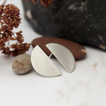 Cargar imagen en el visor de la galería, Short halfmoon stud earrings in silver, modern, discreet, stylish, extremely easy to wear •