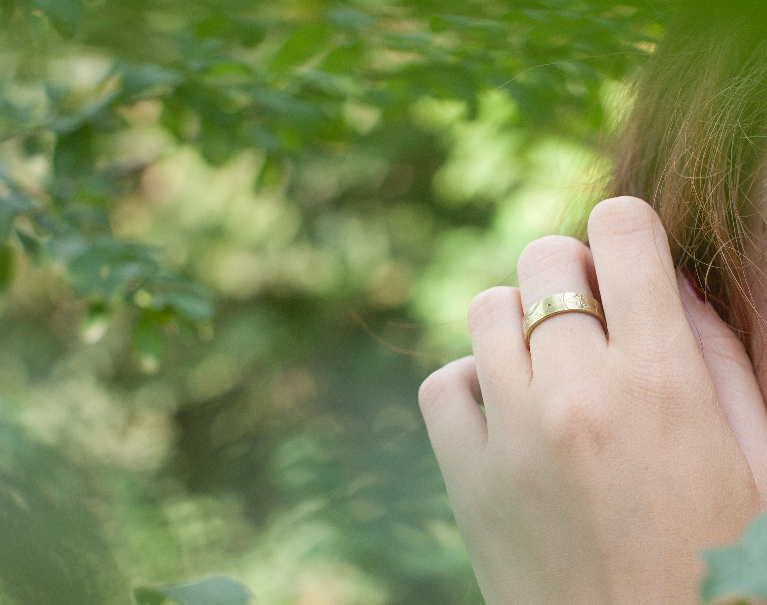 Adjustable ring in brass with ethnic patterns. 2 ways to wear it