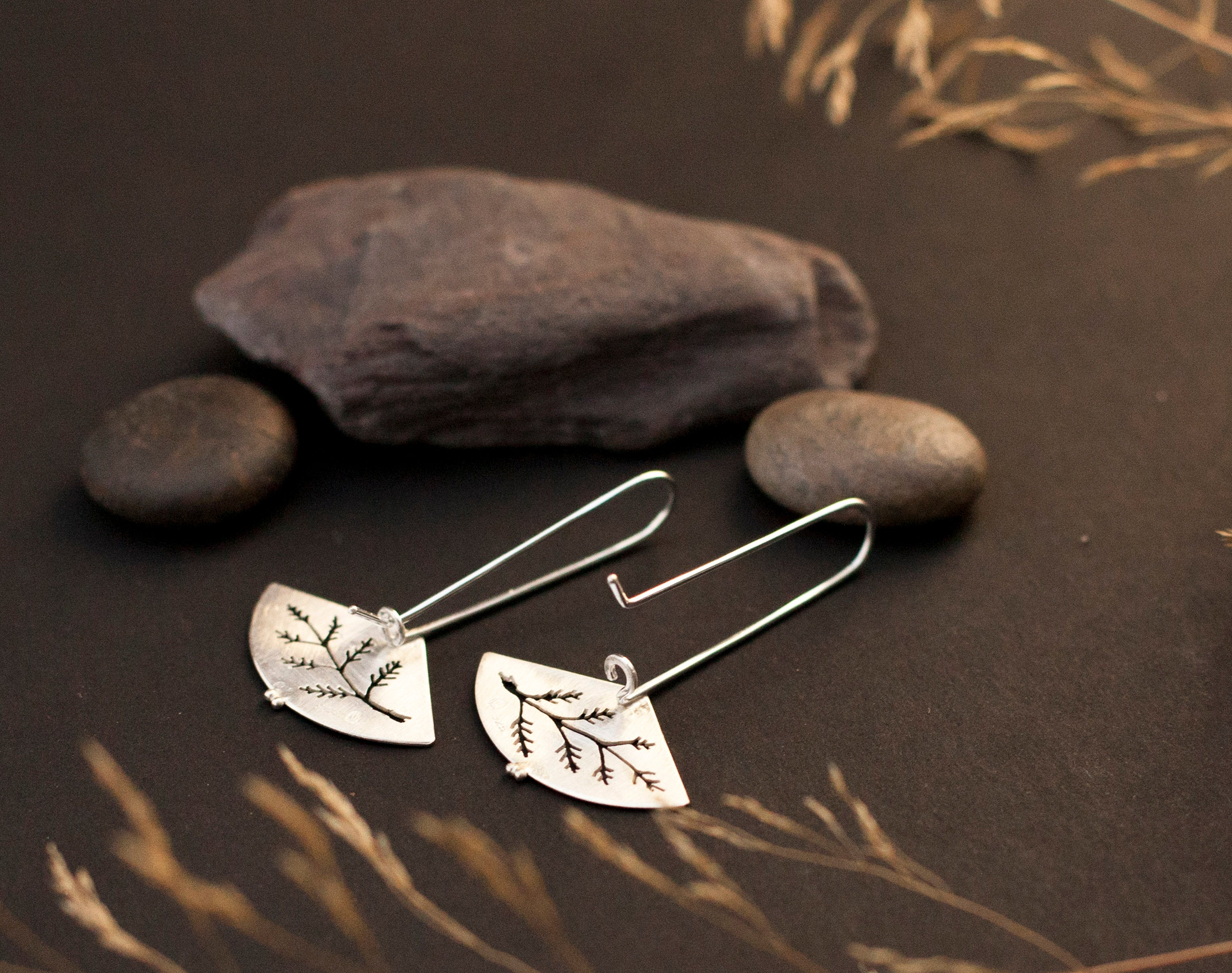 Dangling silver earrings in silver with fern out cut