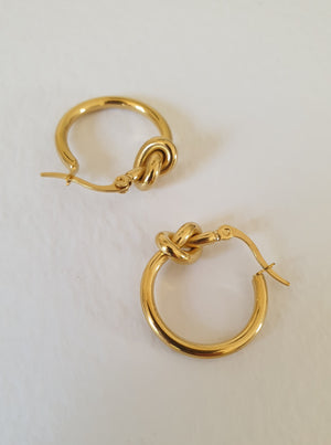 THE ELLIE GOLD-PLATED KNOT HOOPS