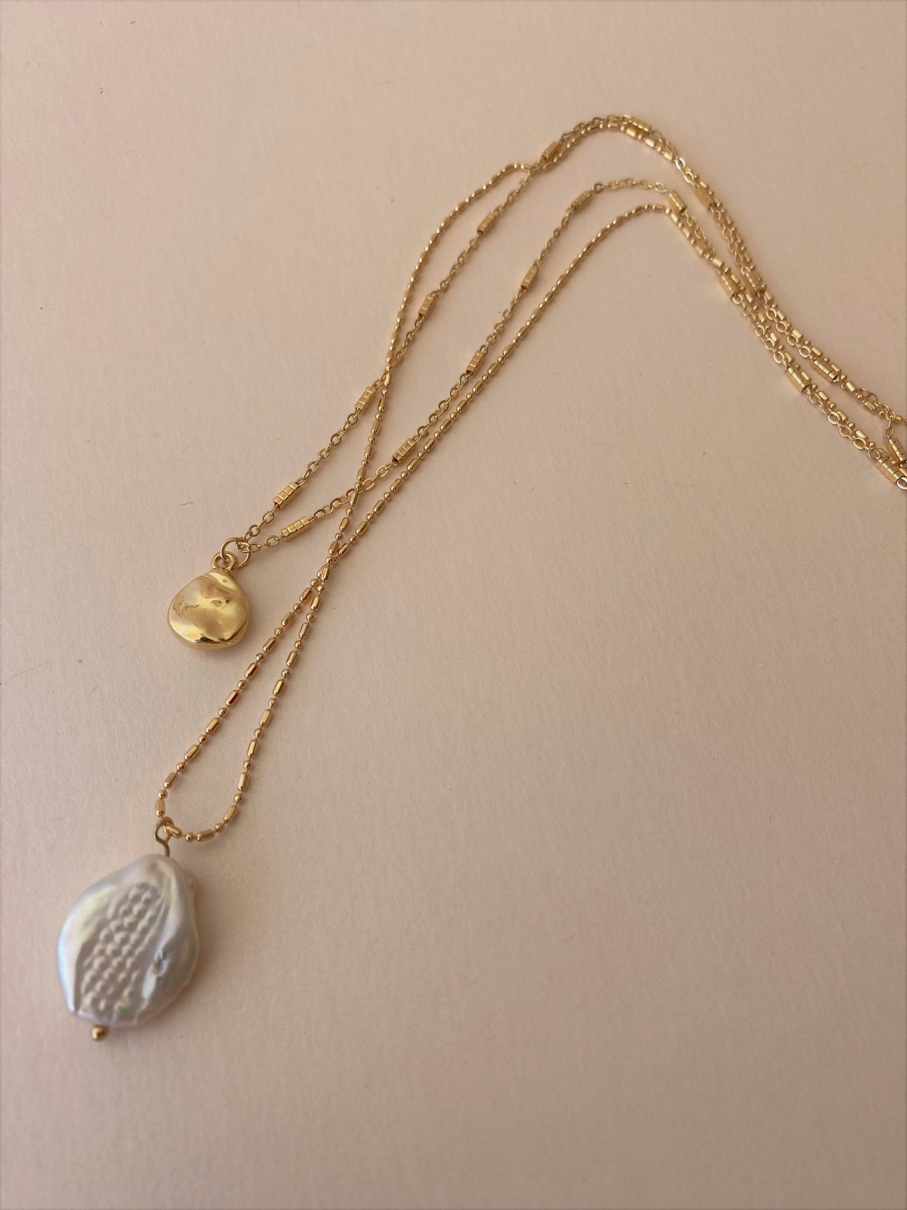 THE AMPHITRITE HAMMERED DISC AND PEARL NECKLACE