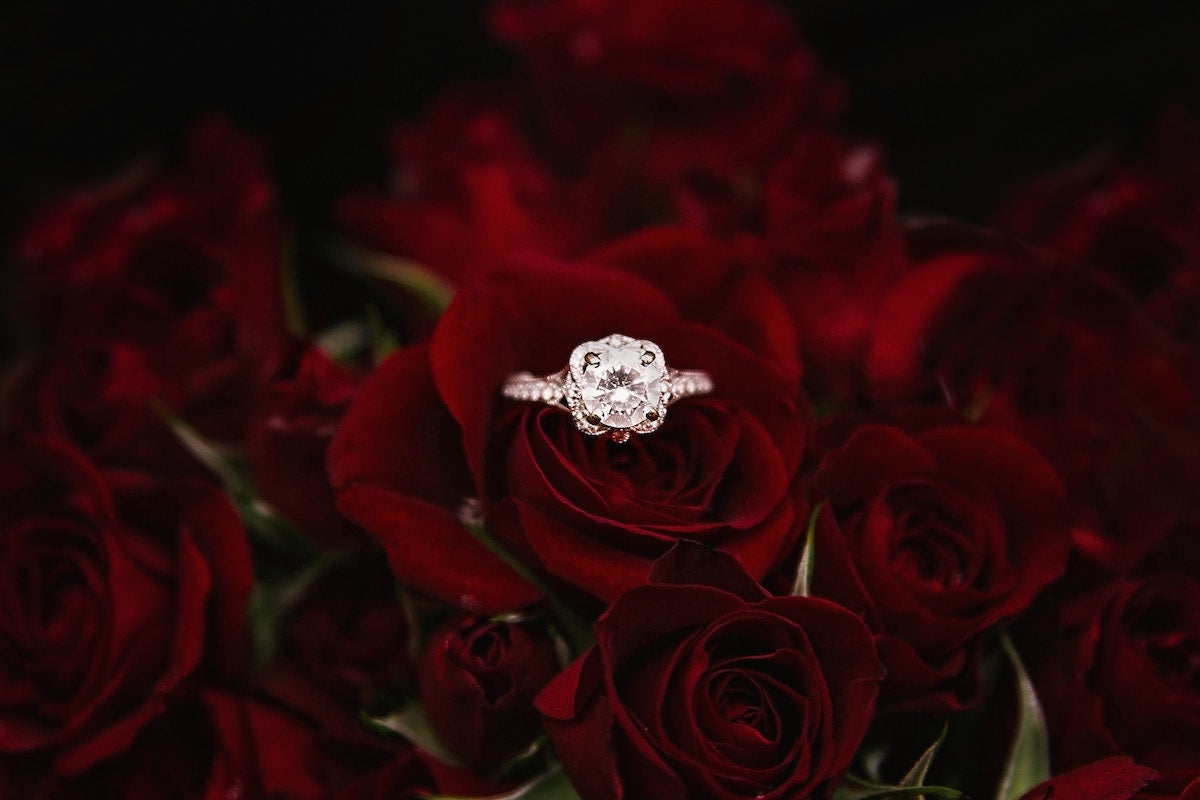 how to gift women jewelry engagement ring size