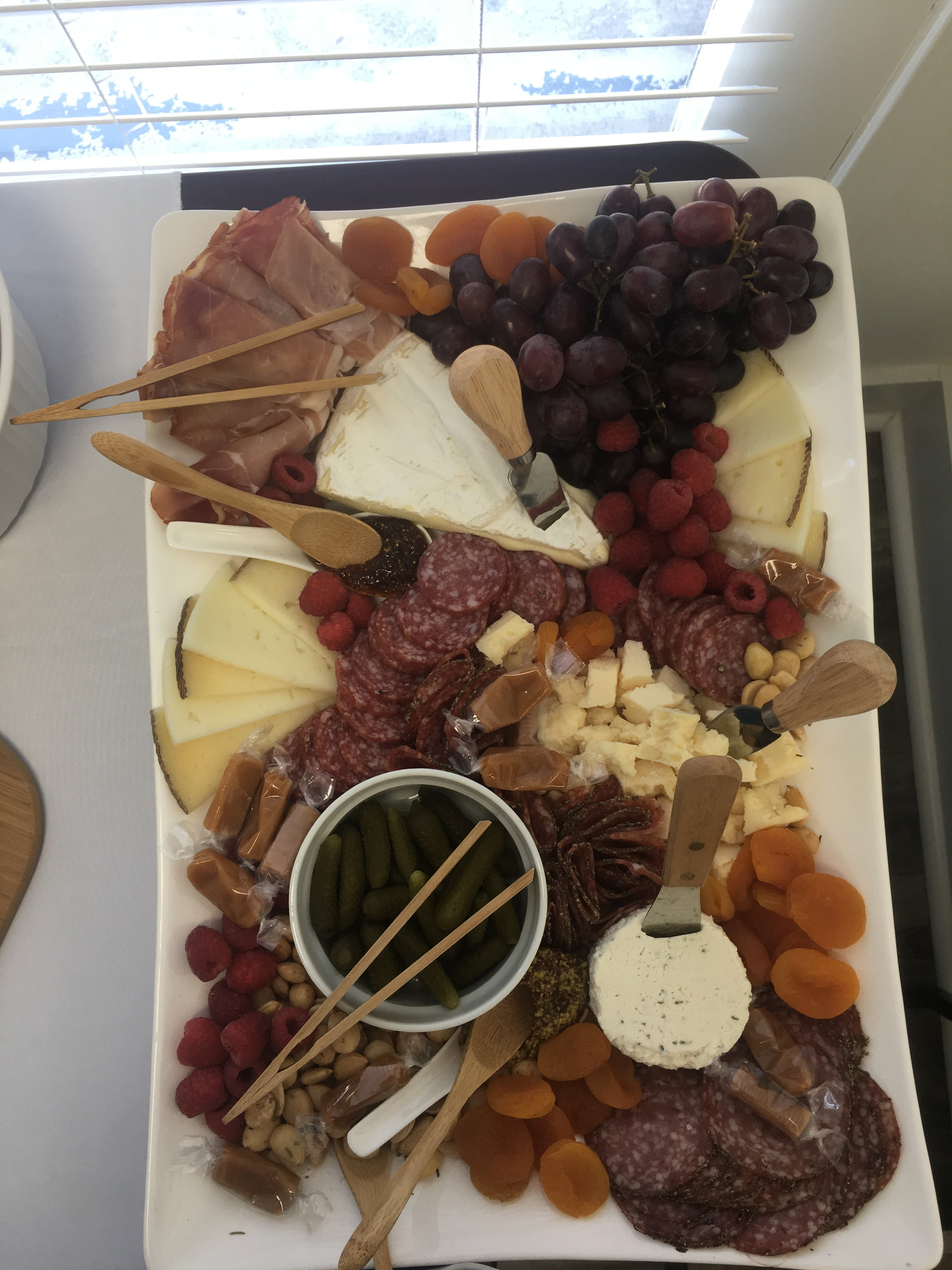 A platter of assorted ham, cheese, and fruit