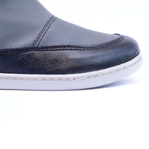 Close up photo of KIUU Calisto waterproof minimalist boots for kids in antracite gray