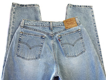Load image into Gallery viewer, Vintage Lightwash 560 Levi's