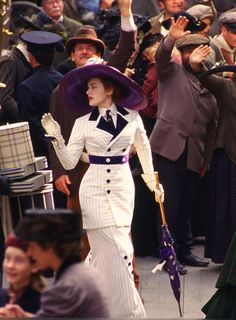 Rose uses her parasol as a walking stick in Titanic.