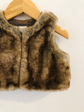 Load image into Gallery viewer, faux fur vest / 0-6m
